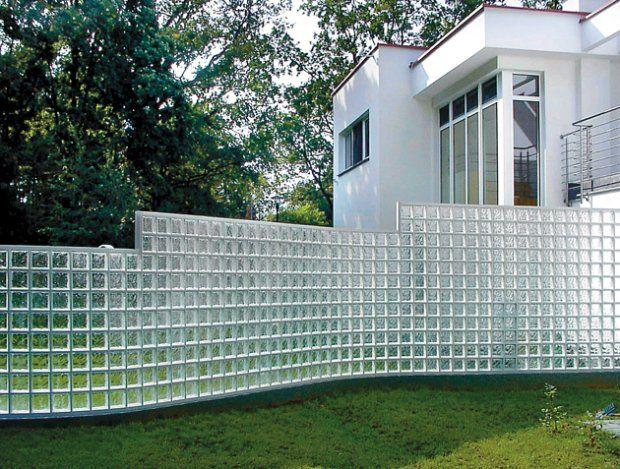 Ogrodzenie ze szklanych pustaków niedopasowane do otoczenia, podobnie jak architektura domów, może kontrastować aż do śmieszności