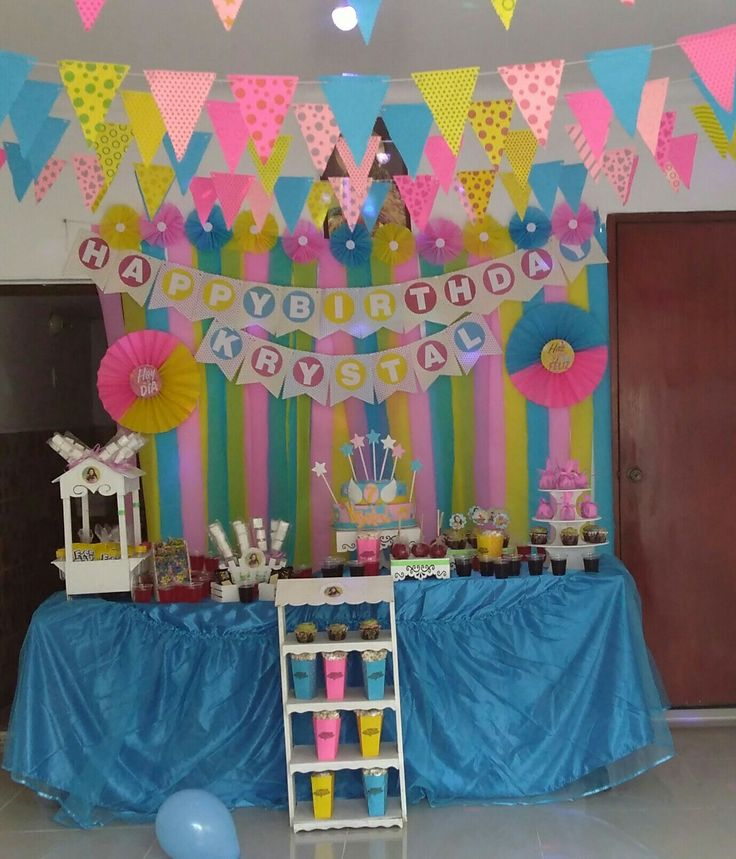 Cortina de papel crepé rosetones de papel de colores y banderines cumpleaños niña