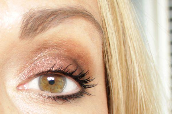 De ooglook heb ik gemaakt met een Colour Chameleon eye shadow pencil van Charlotte Tilbury in  Bronzed Garneteen beetje donkergroene oogschaduw van Chanel en nog een klein beetje zwarte oogpotlood van Chanel