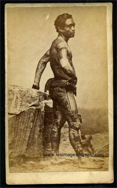 Iles Marquises, un marquisien tatoué. Le cliché original est commercialisé vers 1880 sous forme de carte de visite par Susan Hoaré, photographe à Tahiti. Original document. www.lesimagesdemarc.com