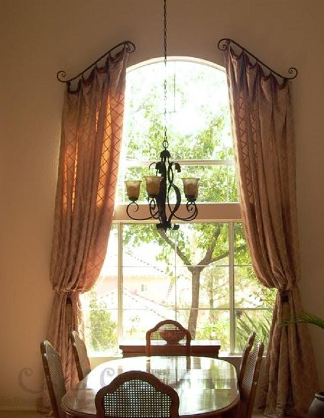 Tende grigie hilleborg scendono da una finestra dietro un. Venti Modi Strepitosi Per Appendere Le Tende Curtains For Arched Windows Arched Window Treatments Arched Windows
