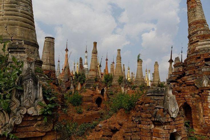 Shwe Indein Pagodaları Pagoda, Budistlerin taştan veya tuğladan yaptıkları dini yapılara verilen isim. Shwe Indein Pagodaları, yavaş yavaş çürüyen ve ufalanan binlerce tapınakla büyüleyici ve oldukça mistik bir atmosfere sahip.   #Kentler #Mimari #Mimarlık #Tapınak