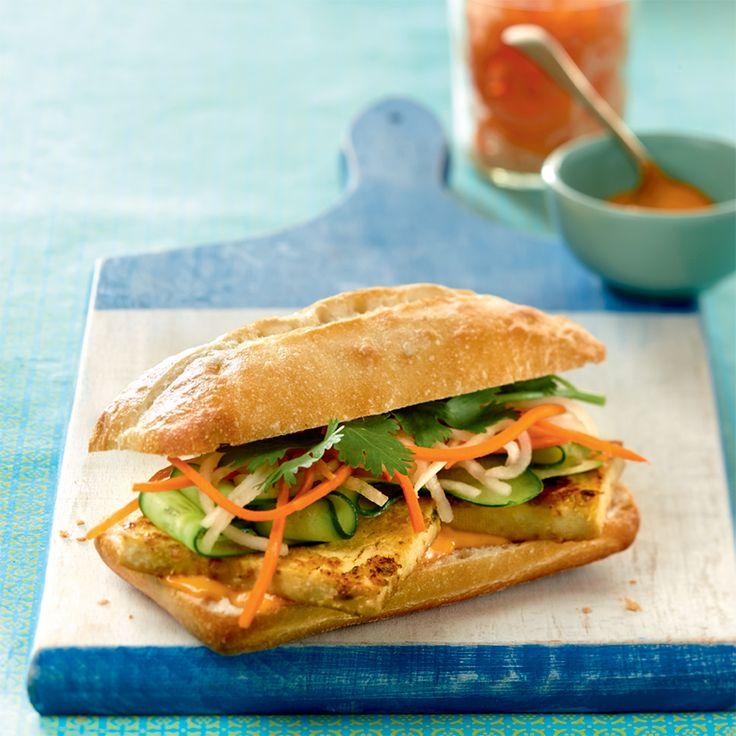 Le banh mi est un sandwich vietnamien habituellement garni d'une grillade de porc, de légumes marinés et de coriandre. Notre version végé permet de découvrir ce délicieux mélange de saveurs, avec une mayo piquante en prime!