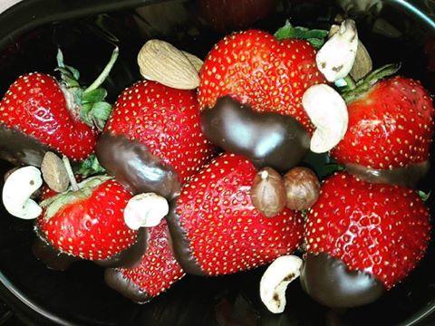 Zbliża się drugie śniadanie! #drugiesniadanie #dietapudełkowa #cateringdietetycznywarszawa #dietaniemusibyćnudna #owocesezonowe #truskawki #strawberries #gorzkaczekolada #orzechy #nerkowce #migdaly #mniam #pycha #delicious #lekkoizdrowo #instafood #dieta #healthyeating #milegodnia