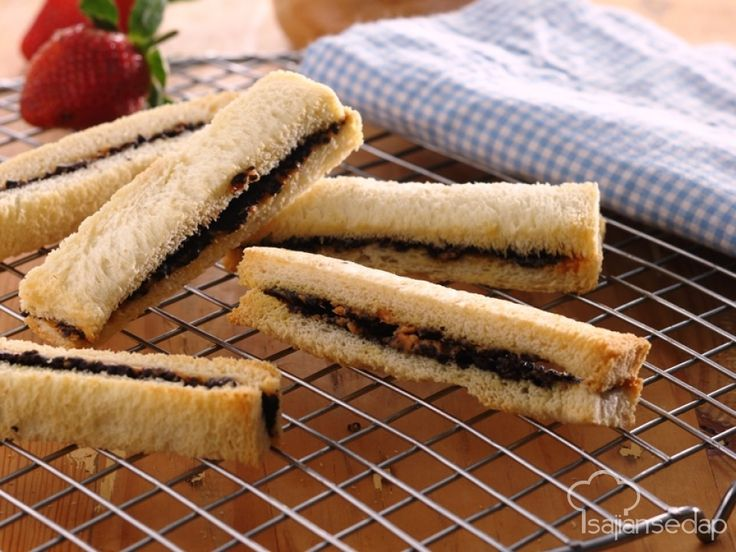 Cuma menggunakan 4 bahan yang mudah dicari, Crunchy Peanut Choco Sandwich ini pasti sukses menjadi penyelamat saat kita tak punya watu banyak untuk sarapan.