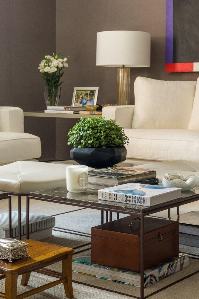 Detalhe Decor - Por Dado Castello Branco - Living / Mesa de centro / Mesa Lateral / Livros / Acessórios / Abajour / Flores