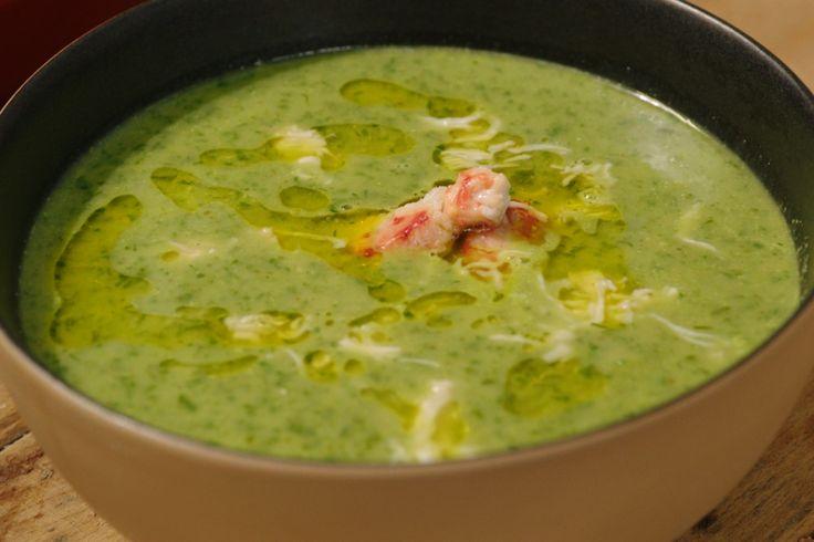 In deze mosselsoep gebruikt Jeroen de jus die overblijft nadat hij de mosselen gekookt heeft. Door spinazie door de soep te mixen, wordt ze prachtig groen.