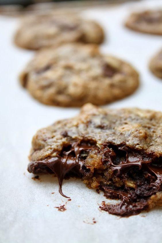 Une recette de cookies, moelleuse à coeur au chocolat noir et flocons d'avoine, notre préférée depuis des années. N'hésitez pas à me dire ce que vous en pensez si vous avez testé la recette. Cookies moelleux au chocolat noir & flocons d'avoine Pour 11 cookies environ 125 g de vergeoise blonde ou brune 100 g …