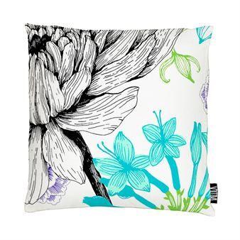 Tillför lite härliga färgklickar i din inredning med Verano kuddfodral från Vallila Interior, med mönster skapat av Tanja Orsjoki. Kuddfodralet är tillverkat i bomull och polyester med ett sött och somrigt mönster föreställandes olika sorters blommor i poppiga färger, perfekt för våren och sommaren! Välj mellan olika varianter.