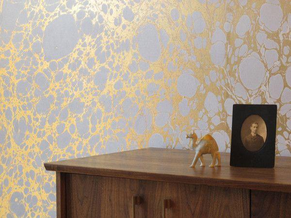 Metallische Tapeten holz schrank golden wandverkleidung