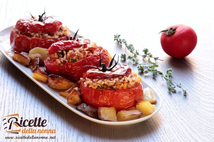 """I pomodori ripieni sono un classico dell'estate. Accompagnati dalle patate al forno costituiscono un eccellente piatto unico, fresco a facilmente digeribile. Se volete completare un perfetto pranzo estivo accompagnate i pomodori col riso con le zucchine ripiene. Preparazione Lavate i pomodori e tagliate la parte superiore del pomodoro conservando quello che poi diventerà il """"cappello"""" […]"""