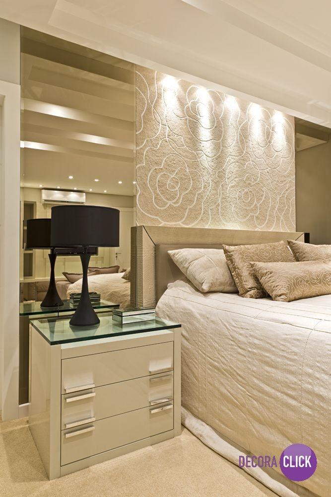 Os espelhos laterais na cabeceira são uma nova tendência em decoração. Vejam que charme este quarto de casal com o painel todo desenhado, simples e lindo! Projeto da arquiteta Viviane Loyola.