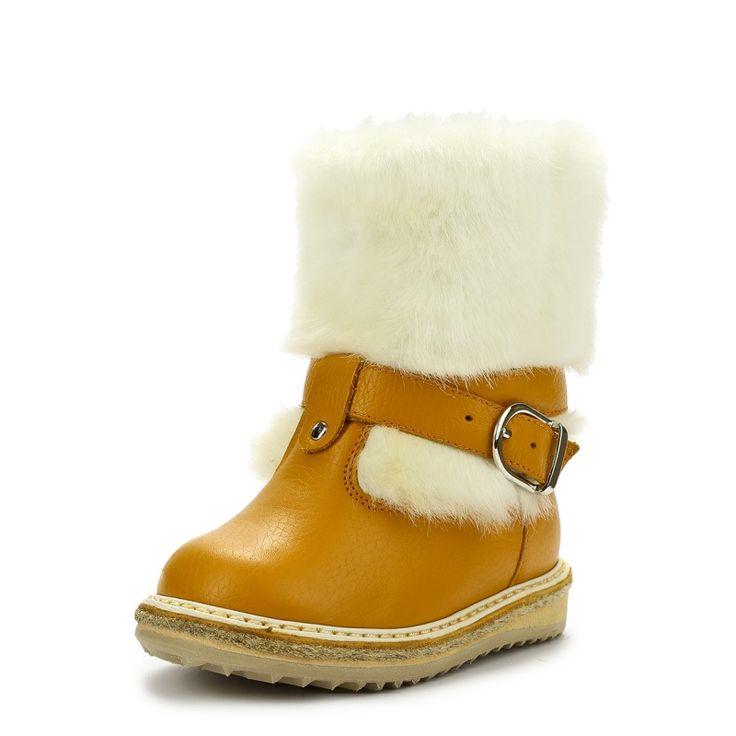 Утепленные сапоги из натуральной кожи оранжевого цвета марки ZEBRA (ЗЕБРА) для девочек. Зимние унты выполнены из оранжевой натуральной кожи с отделкой из белой шерсти. Очень теплая подкладка из натурального меха. Ремешок надежно фиксирует сапог на ноге. Интернет-магазин Nils