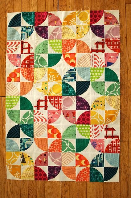 I'm in love with the color scheme on this Drunkard's Path quilt by Maritza Soto.