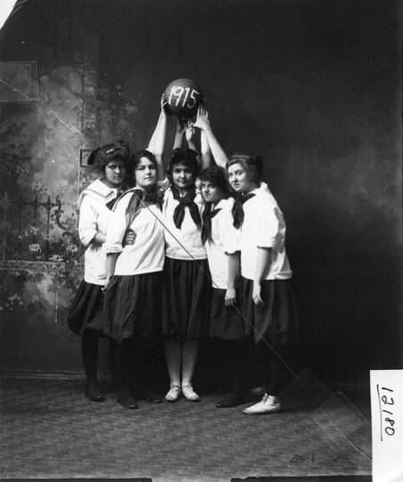 Awesome 1915 ladies basketball team. So Jerusha Abbott!