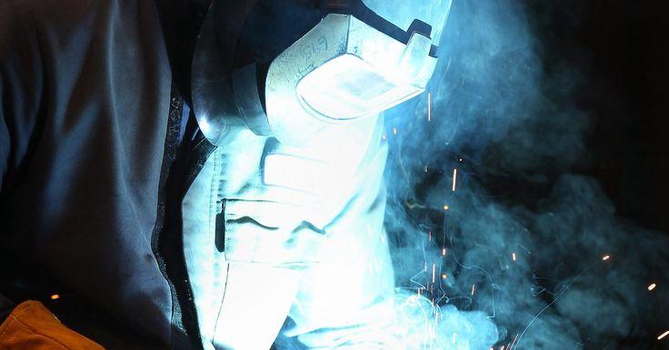 Cómo soldar con electrodos celulósicos. Los electrodos celulósicos o cubiertos en el que la cubierta incluye una elevada proporción de celulosa, son utilizados como parte de la soldadura por arco de metal adhesivo y son destacados por su buena penetración, la precisión dimensional, la resistencia alta y la vida funcional larga. Cuando las propiedades mecánicas del material soldado son ...