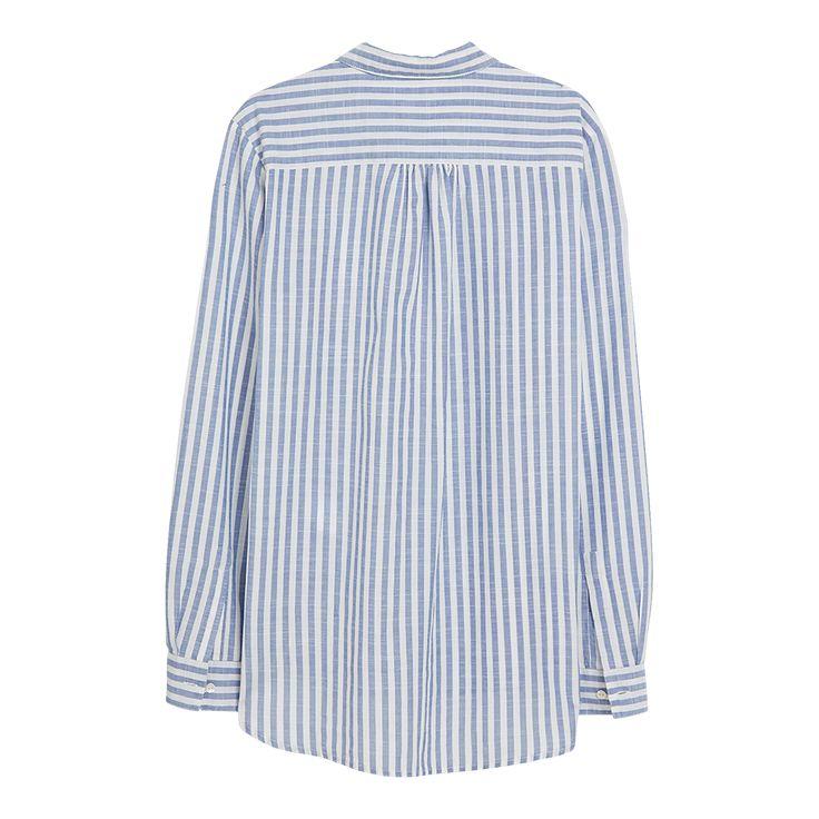 Vi blir aldri lei av delikate skjorter med blå og hvite striper. Denne er i en lett, vevet bomullskvalitet med et litt brukt preg. Få en uanstrengt stil med skjorten halvveis nedi favorittjeansen.
