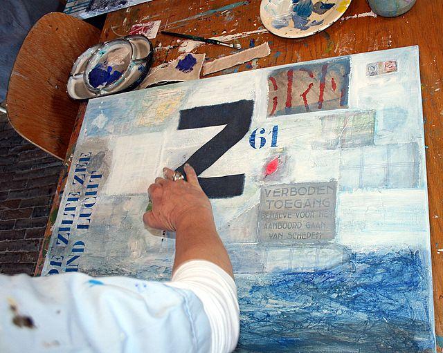 We werken op grote stukken tentdoek, mooi grijs canvas waardoor er meteen een eilandsfeer ontstaat. We gebruiken acrylverf, collagemateriaal van Vlieland, zand, krijt,  sjablonen en veel meer. Tijdens de workshop (waar je geen ervaring maar wel enthousiasme voor nodig hebt) laat ik je allerlei technieken zien en maak je kennis met de materialen. Ik help iedereen persoonlijk tot een mooi resultaat te komen. Je gaat naar huis met je eigen kunstwerk!