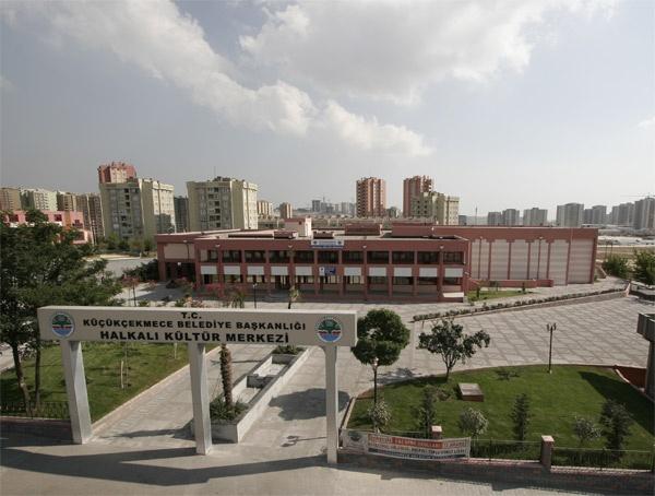 2005-2006 döneminde yenileyerek hizmete açtığımız Halkalı Kültür ve Sanat Merkezi; 386 kişilik çok amaçlı tasarlanmış salonu, sergi salonu, fuaye, derslikler, kütüphane ve spor salonuyla modern bir yaşam merkezi hüviyetine sahip. Yetişkin ve çocuk tiyatroları, sinema gösterileri, söyleşileri ve sergileriyle birbirinden değerli faaliyetlere ev sahipliği yapan Halkalı Kültür ve Sanat Merkezi, önümüzdeki yıllarda da bölge halkının vazgeçilmezi olmaya devam edecek.