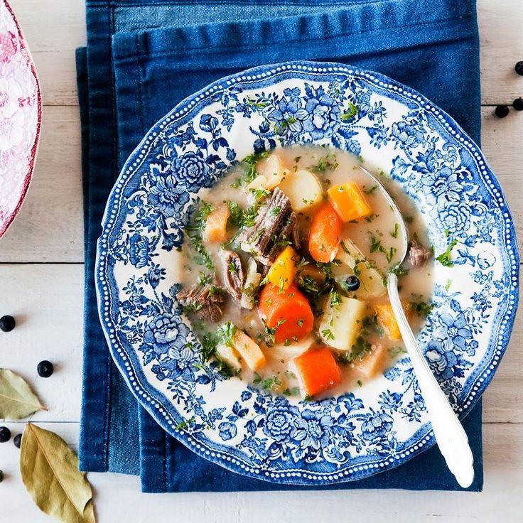 Pakastimeen jääneestä hirvenlihasta ja pakastejuureksista keität maukkaan hirvisopan.