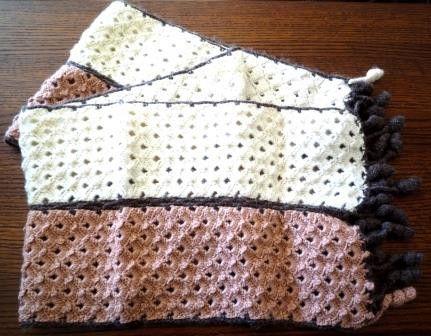 松編みで仕立てたマフラーです。白とピンクの編地を上下逆に使い、茶色の糸で縁を編みながらつなげました。端のフリンジは左右一つずつ白とピンクになっています。素材:...|ハンドメイド、手作り、手仕事品の通販・販売・購入ならCreema。