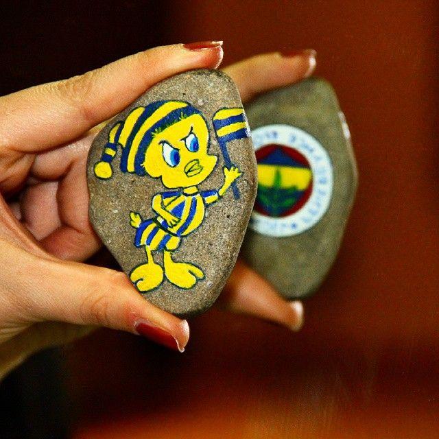 Galatasaraylı birine FB amblemi çizdirebilecek tek kişi çok sevilen bir kankadır :) @gkhn_kln #FB #fenerbahçe #sarıkanarya #sarılacivert #taşboyama #stonepainting #yansıma