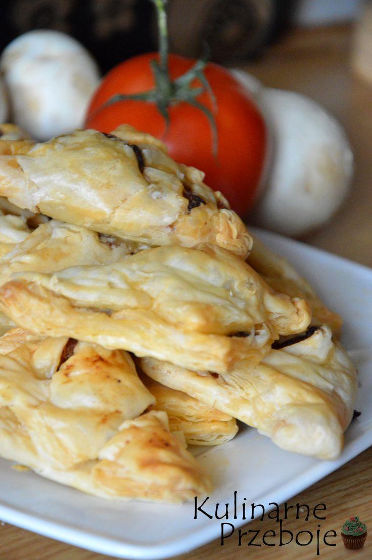 Francuskie trójkąciki z kurczakiem i pieczarkami, przekąski z ciasta francuskiego i kurczaka, Francuskie przekąski z kurczakiem, Przekąski na imprezę.