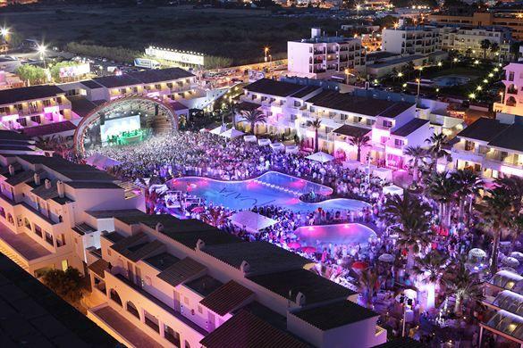Houd je van grote feesten? Dan zit je in dit hotel perfect. Regelmatig vinden bij het zwembad grote feesten plaats met zeer bekendje DJ's en fantastische lichtshows.