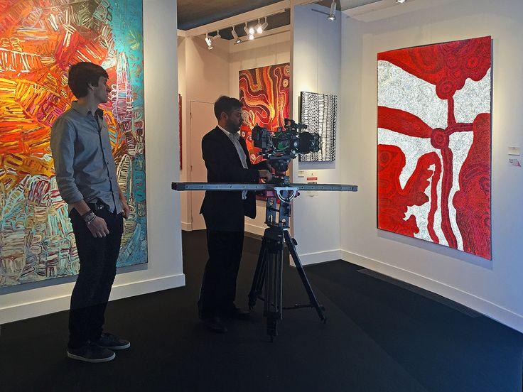 L'artiste Betty Pumani sous les feux de la rampe, avec une prise vidéo, alors qu'en Australie au même moment à Darwin, elle vient de gagner le grand prix toutes sections confondues du Telstra Award 2015. #painting #aboriginal #aborigene #contemporain #design #art #peinture