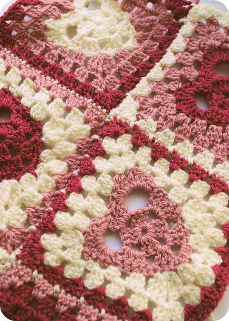 heart ♥ⓛⓞⓥⓔ♥ granny square :: by Lilley1, via Flickr. This is such a pretty design and looks like it makes up quick. Free pattern is kindly shared here: lilleystitches.bl... ¯\_(ツ)_/¯
