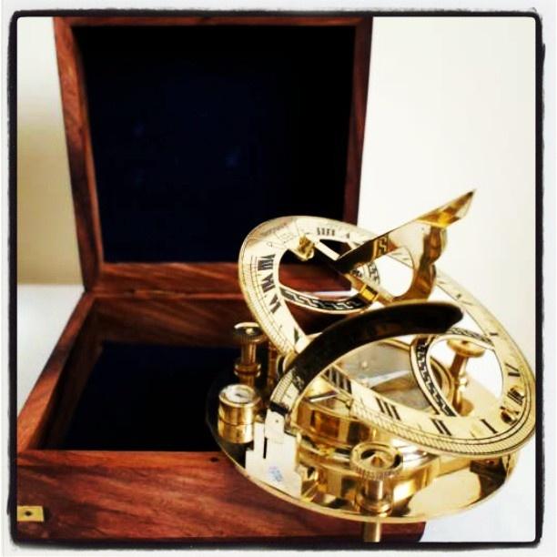 Stylowy mosiężny zegar sloneczny z kompasem w drewnianym pudełku, zeglarski prezent, morski wystrój wnętrz, marynistyczna dekoracja, upominek w morskim stylu, $92, Photo by http://marynistyka.org