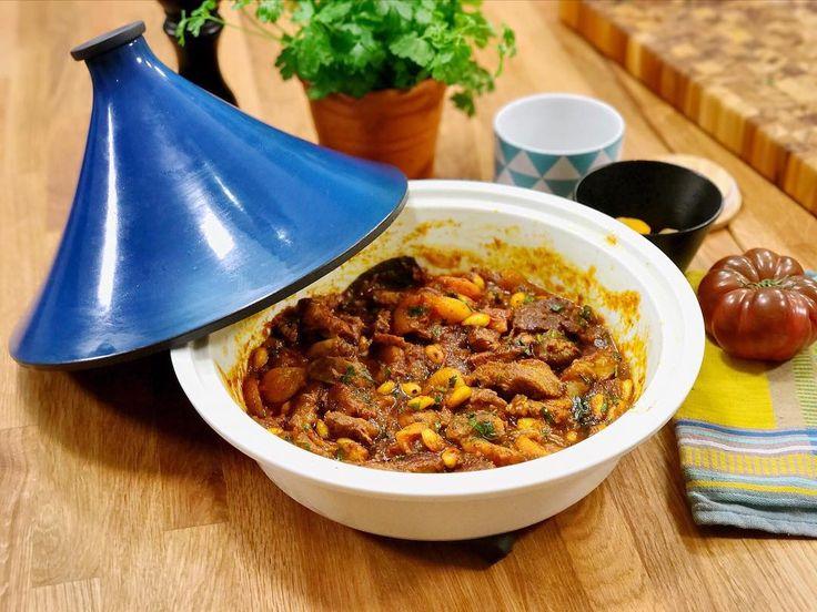 Écrire une légende... Nouvelle vidéo en ligne !   Un plat à tajine c'est un accessoire de cuisine que l'on vous conseille d'avoir ! Pourquoi ? C'est facile à utiliser on cuit tout en vrac dedans on laisse mijoter tranquillement c'est toujours délicieux et surtout vous le remplissez avec à peu près tout ce que vous voulez !  Ingrédients : - Agneau oignons ail tomates laurier curcuma eau amande abricots sec coriandre.