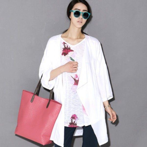 Today's Hot Pick :ドロップドショルダーストールカラーコート 【BLUEPOPS】 http://fashionstylep.com/P0000WTT/ju021026/out トレンドのドロップドショルダーデザインでスリムで可憐なシルエットを演出してくれるコート。 薄い素材なのでこれからのシーズンに羽織ものとしてピッタリ★ ストール感じのカラーが女性らしい雰囲気をメイクします。 ドレッシーにも、リラックス感あふれるカジュアルにも演出できる優れものです♪ 身長によって着丈感が異なりますので下記の詳細サイズを参考にしてください。 ◆色:ホワイト/ネイビー/ブラック