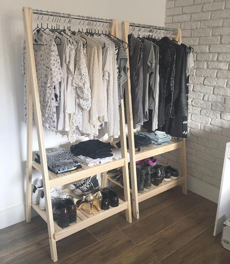 Yay! Agora o quarto está praticamente completo. Arrumei as araras recém chegadas e sim eu tenho mta roupa preta branca e cinza ❤️ Ah! esses cabideiros (ou araras) são da meu móvel de madeira... super recomendo bem fáceis de montar e bonitinhos demais! #scandinaviandesign #minhacasinea #decor #meumoveldemadeira
