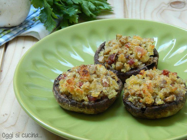I funghi ripieni di mollica di pane e pancetta sono gustosi e saporiti, da servire come antipasto o secondo piatto, ricetta facile da realizzare.