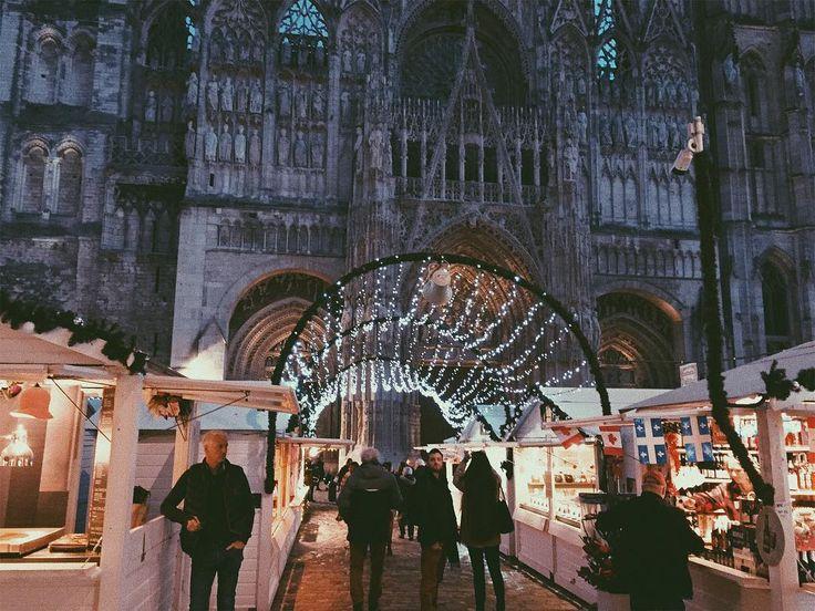 Le marché de Noël rouennais et sa cathédrale en fond.