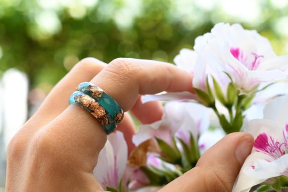 Este anillo de resina verde esmeralda contiene resina pigmentada en la mano suspendida escamas de cobre metálico. Usted puede usar sola o usted puede apilar dos o tres anillos en un dedo. También me puedes contactar para un pedido de color personalizado, si tienes algo más en mente!  Este listado está para el anillo de la resina de un verde azulado con escamas de cobre.  Hecho a mano por mí desde el principio, cada una de mis piezas es pigmentado y se vierte en un molde de silicona. Después…