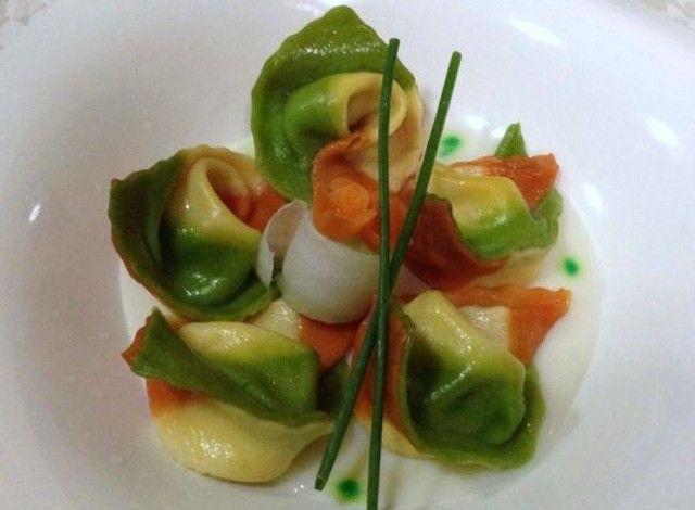 Ravioli all'italiana con pere, noci e ricotta su fonduta di Parmigiano Reggiano
