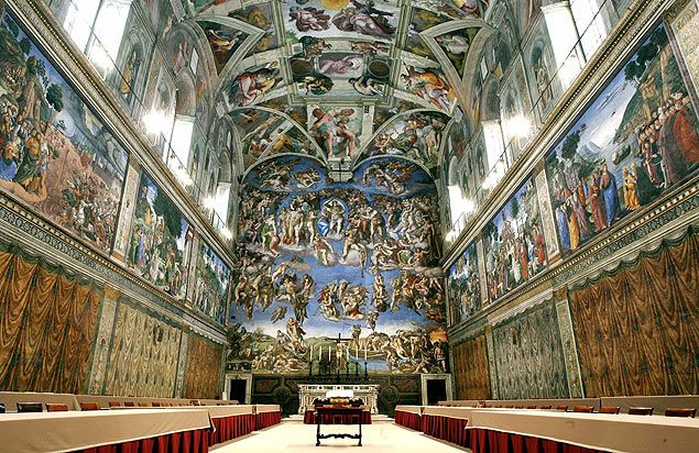 Capela Sistina preparada para conclave de 2005, quando Bento 16 foi eleito; templo foi fechado nesta terça
