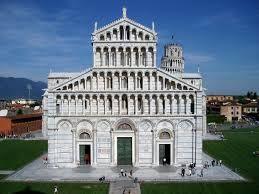 Duomo di Pisa. La costruzione fu iniziata nel 1064 Buscheto, architetto di origine bizantina e terminò nel XII sec da Rainaldo e dai maestri Guglielmo e Balduino che  fecero le decorazioni scultoree. La facciata esterna è decorata con marmi multicolori e le porte in bronzo massiccio. L'interno è ricoperto di marmi bianchi e neri, colonne di marmi grigi e capitelli corinzi.