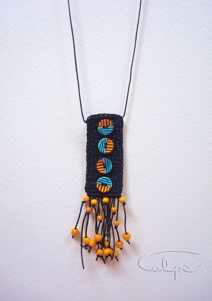 Colgante de crochet con botones pintados a mano y otros complementos. http://calpearts.blogspot.com.es/p/colgantes.html