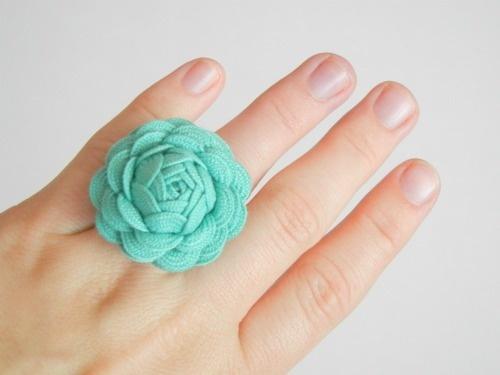 DIY Ric Rack rose. Cute as a ring or hair clip. Great handmade gift!Rac Rose, Flower Rings, Rose Flower, Diy Christmas Gift, Ribbons Rose, Rick Racks, Ric Rac, Handmade Gift, Diy Rings