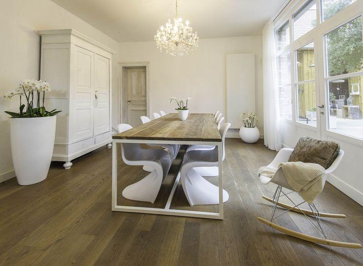 Thinkwood sfeer en meubelmakers! Tafel, stoelen, luchter verkrijgbaar bij Thinkwood.