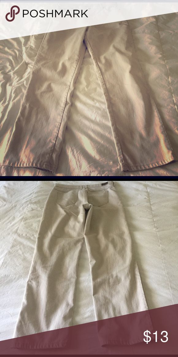 Women's Lee's jeans Looks new, lees relaxed straight leg 20medium, inseam 29, beige although hard to tell from pic. Lee Jeans Straight Leg