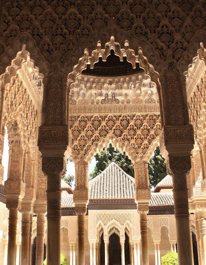 情熱の国スペイン。日本人にも高い人気を誇り、多くの人が訪れるおすすめの国です。その中でもバルセロナは特に多くの観光客が訪れますが、他にもスペインにはまだまだおすすめしたい観光スポットがたくさんあります!今回はバルセロナ以外のスペイン旅行の際に絶対に訪れたい魅力的な観光スポットを15個ご紹介します。