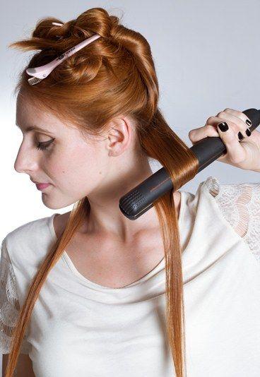 Locken mit Glätteisen: Step 2 - Frisuren Selbermachen: Locken mit dem Glätteisen - Jetzt geht's ans Locken! Heizen Sie das Glätteisen vor, bis es die Betriebstemperatur erreicht hat. Beginnen Sie mit einer der Seitenpartien und teilen Sie davon eine Strähne ab...