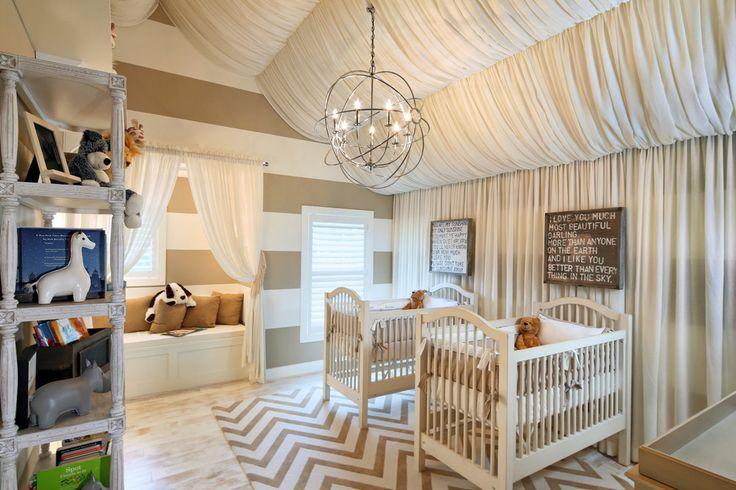 Детская мебель для двоих детей: советы по выбору и 80+ удобных и эстетичных решений для детской комнаты http://happymodern.ru/detskaya-mebel-dlya-dvoix-detej-foto/ Квадратная комната для малышей, украшенная легким тюлем