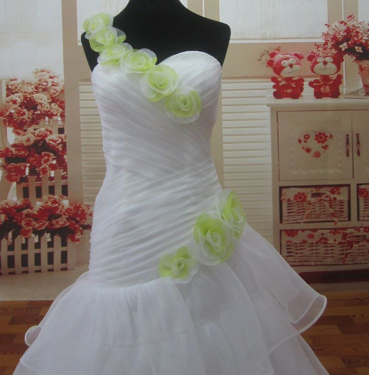 robe de mariee avec volant organza, robe de mariee bustier asymétrique, robe de mariee avec une bretelle, robe de mariee bicolor, site francais de robe de mariee | Sunny Mariages