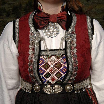 Rukkastakk fra Hallingdal.Navnet Rukkastakk kommer av at det er mange rynker på kjolen under brokadelivet.