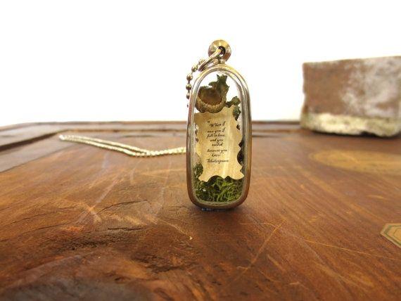 Удивительные украшения создает мастер из Техаса Кимберли Гордон, в виде миниатюрных флорариумов. Композиции состоят из лишайника, миниатюрных фигурок людей, гномов,фей, выполненных из полимерной глины. В некоторые миниатюры вложены любовные послания, написанные на состаренной бумаге, с цитатами Уильяма Шекспира. Вот, что пишет сам автор работ: 'Я создаю миниатюрные сцены из обычной жизни.…